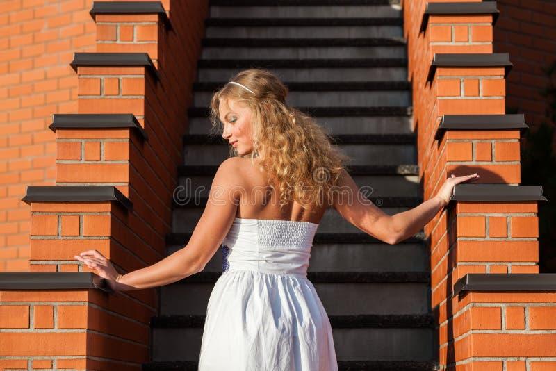 Kokett ung härlig kvinna fotografering för bildbyråer