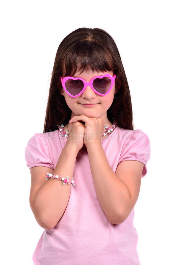 Kokettemädchen, das rosafarbenes Kleid und Gläser trägt lizenzfreie stockbilder