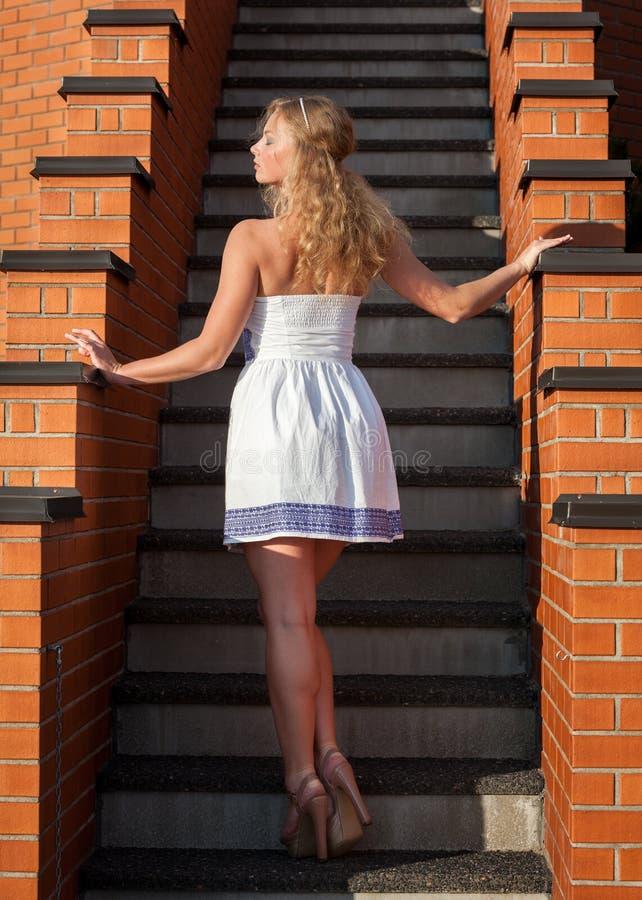 Kokieteryjna młoda piękna kobieta zdjęcia royalty free
