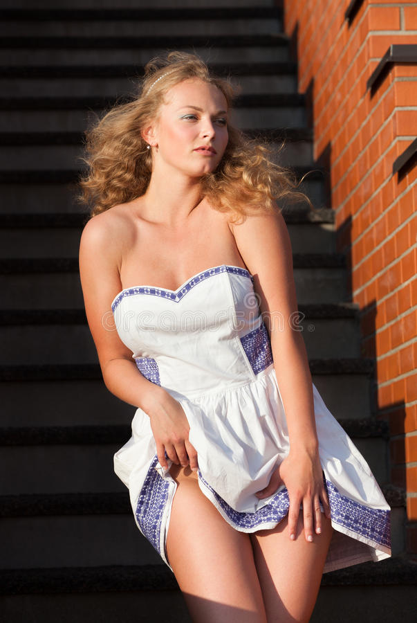 Kokieteryjna młoda piękna kobieta zdjęcie stock