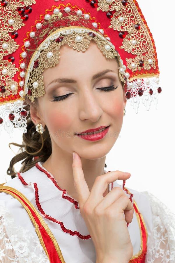 Kokieteryjny młoda kobieta portret w rosyjskim tradycyjnym kostiumu zdjęcie stock