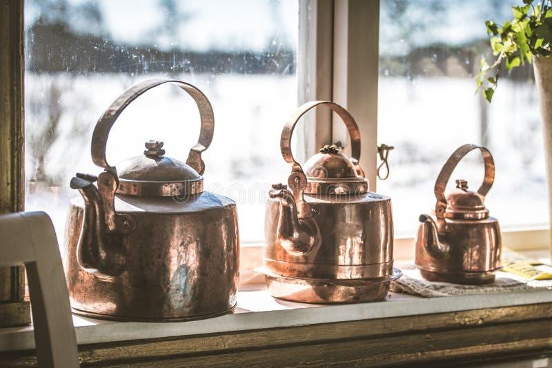 Kokkärl för metall för gammal stil för tappning på fönsterfönsterbrädan royaltyfri fotografi