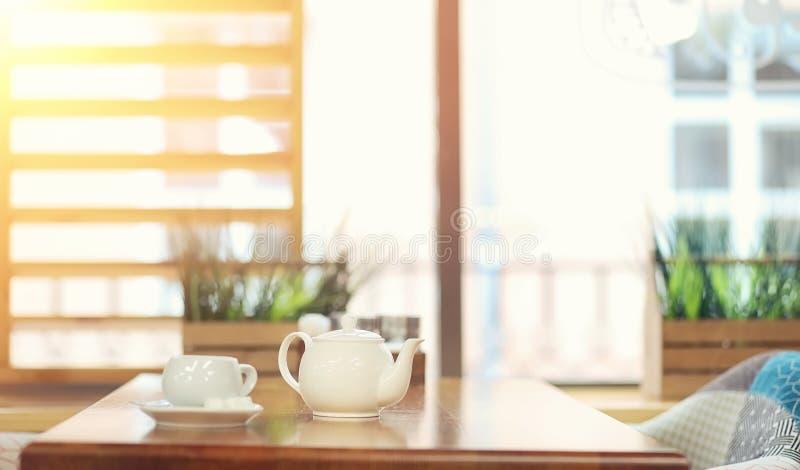 Kokkärl med en drink och en efterrätt i ett gatakafé Te i keten arkivfoton