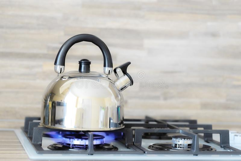 Kokkärl på en brännskada för flamma för gasugn som inte kokar arkivfoto