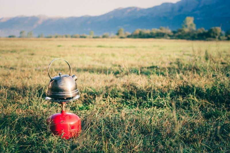 Kokkärl på en gasbrännare Te utomhus Danandete i den öppna luften fotografering för bildbyråer