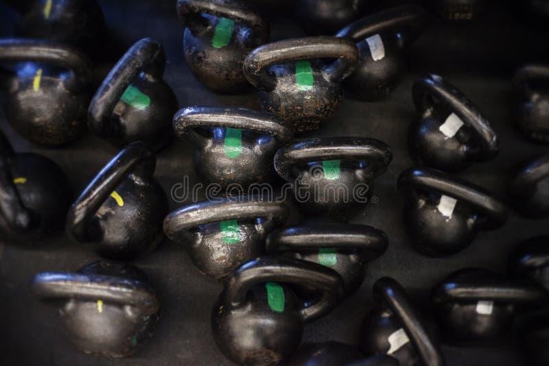 Kokkärlet sätter en klocka på på golvet av en CrossFit idrottshall royaltyfri foto