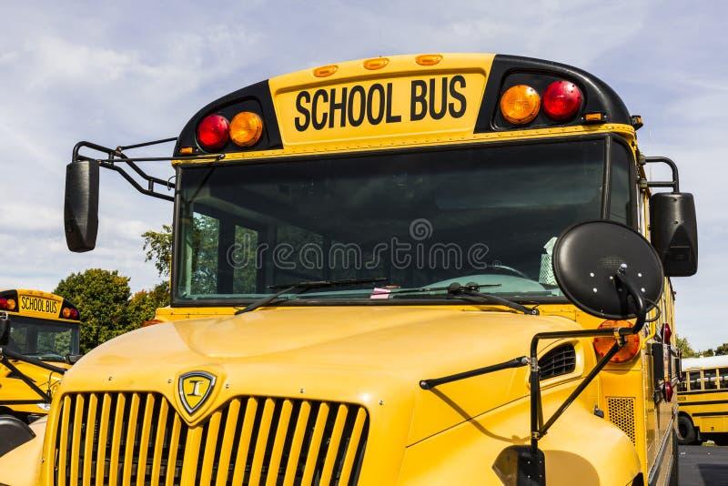Kokomo - τον Οκτώβριο του 2016 Circa: Κίτρινα σχολικά λεωφορεία σε μια αναμονή μερών περιοχής για να αναχωρήσει για τους σπουδαστ στοκ φωτογραφίες