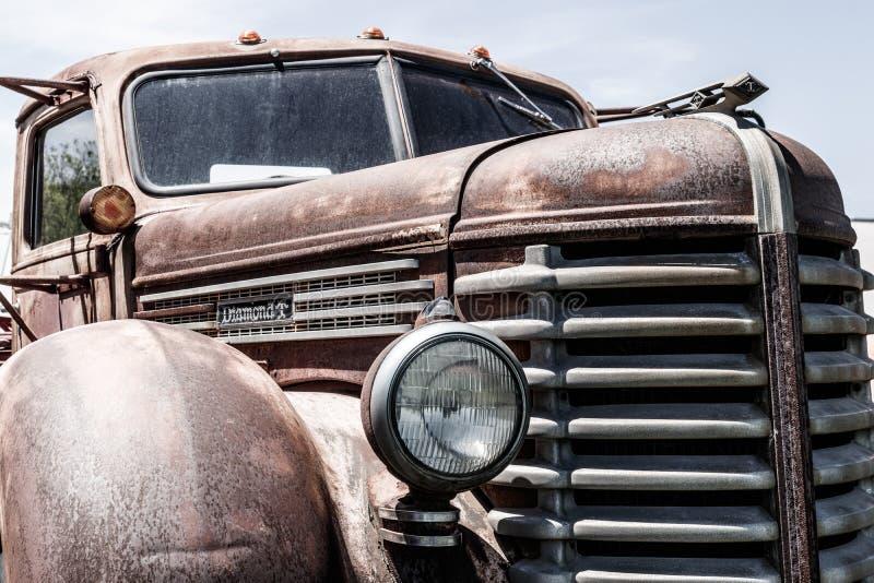 Kokomo - cerca do maio de 2018: Camionete velho, oxidado do diamante T mim foto de stock