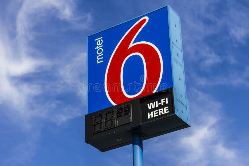 Kokomo - circa im Oktober 2016: Motel 6 Logo und Signage Motel 6 ist eine bedeutende Kette von Budgetmotels II stockfotografie