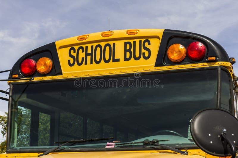 Kokomo - vers en octobre 2016 : Autobus scolaires jaunes dans un sort de secteur attendant pour partir pour des étudiants III photo libre de droits