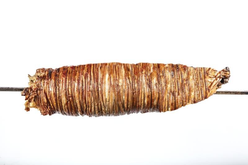 Kokorec turc fait avec des entrailles de moutons cuites en four mis le feu en bois Kokorech images libres de droits
