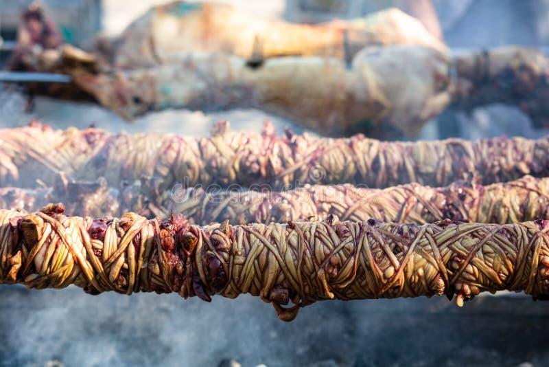 Kokorec y escupitajos de la lámpara en el fuego de los carbones Griego Pascua, Monastiraki, Atenas Grecia fotos de archivo libres de regalías