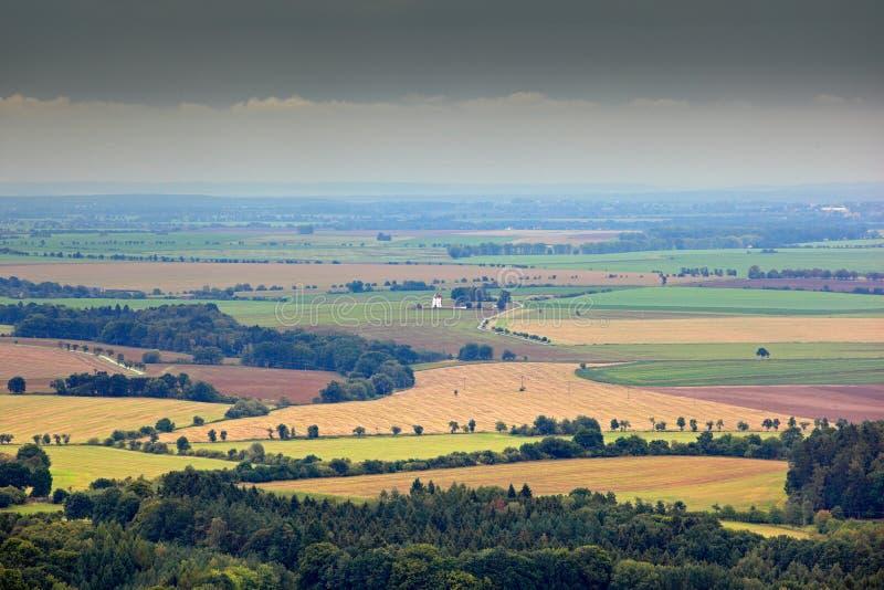 Kokorinsko, República Checa Campos, prados, con las nubes Paisaje hermoso de la mañana Pueblo debajo de la colina Paisaje con el  fotografía de archivo libre de regalías
