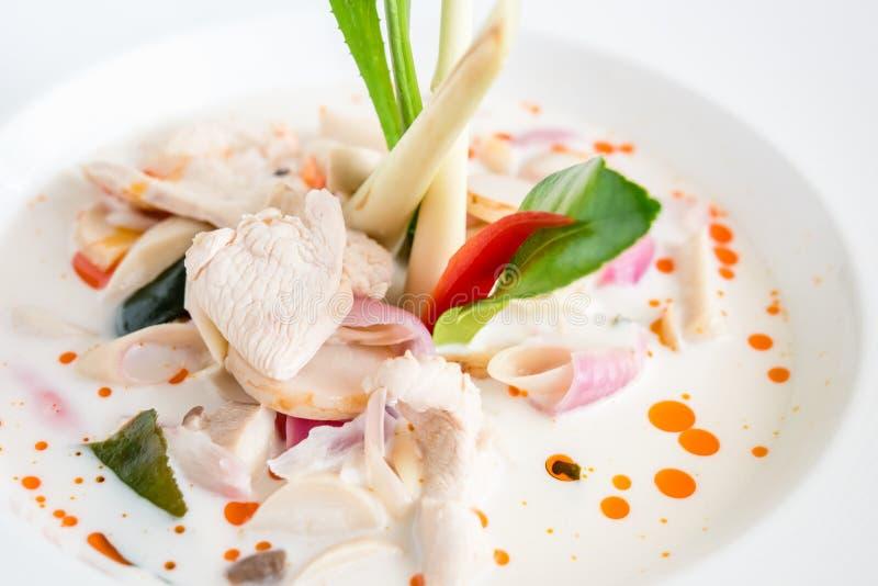 Kokosmelksoep met kip (Tom Kha Kai) stock foto