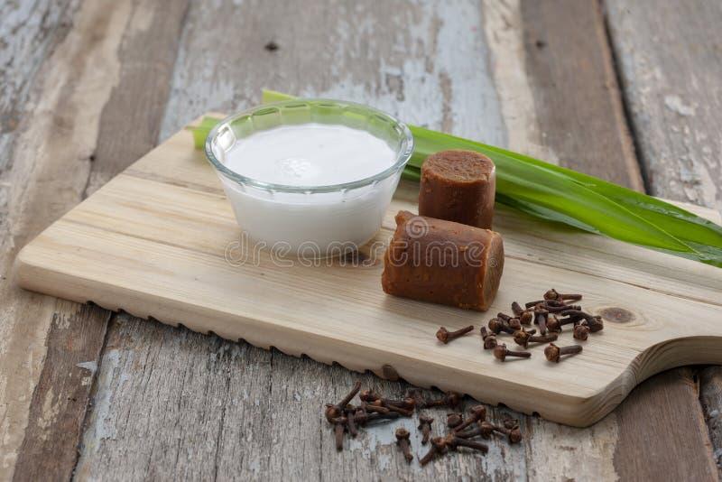 Kokosmjölk med traditionellt brunt socker arkivbild