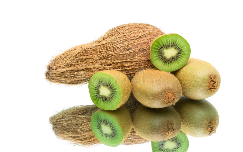 Kokosnöt och kiwi på en vit bakgrund arkivfoto