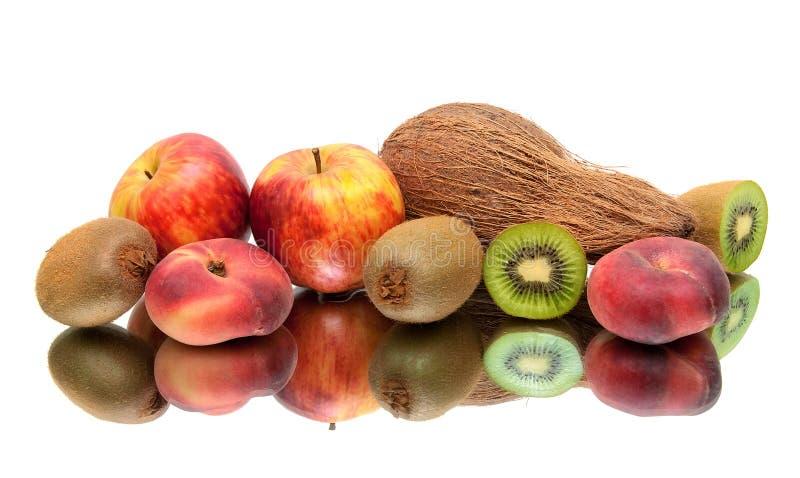 Kokosnöt och mogen frukt på en vit bakgrund royaltyfri fotografi