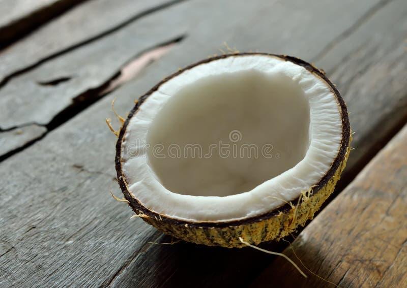Kokosnöt på tabellen arkivfoto