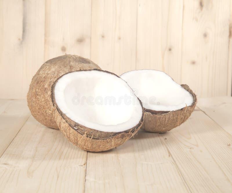 Kokosnöt på tabellen arkivbilder
