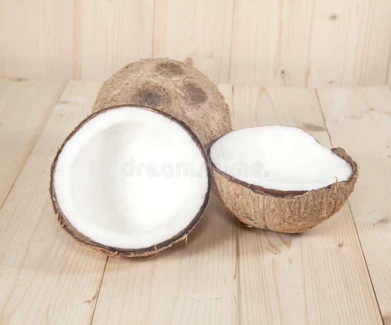Kokosnöt på tabellen arkivbild