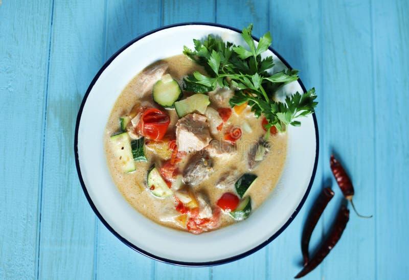Kokosnötfisktjock skaldjurssoppa med tonfisk, laxen och nya grönsaker arkivfoton