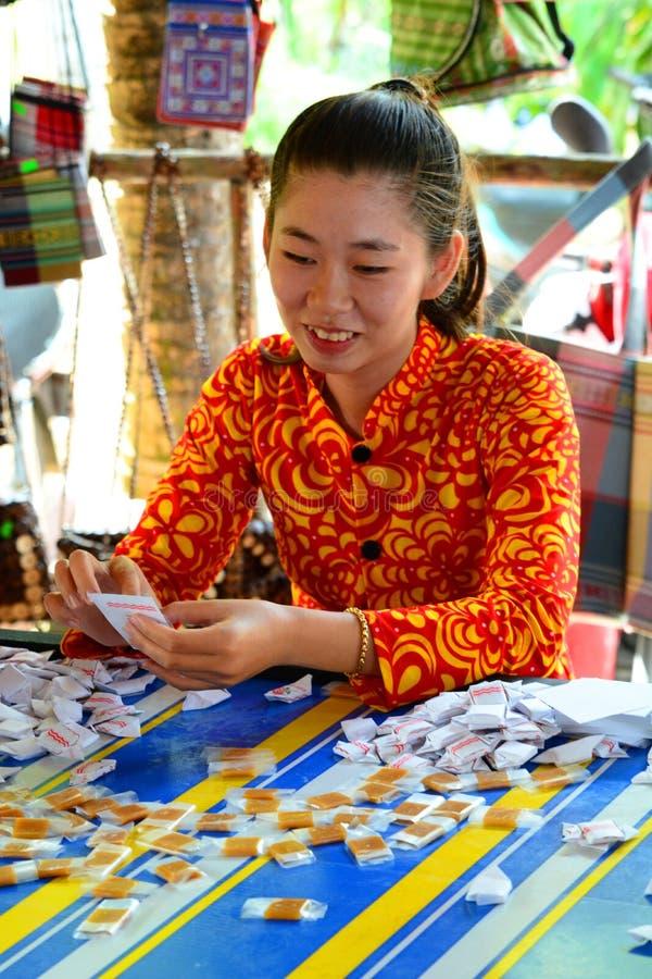 Kokosnötgodisfabrik Ben Tre Mekong deltaregion vietnam fotografering för bildbyråer