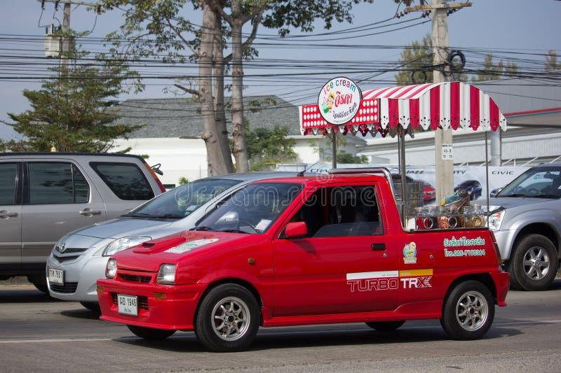 KokosnötIcecream shoppar på Daihatsu Mira Mini Truck royaltyfri bild