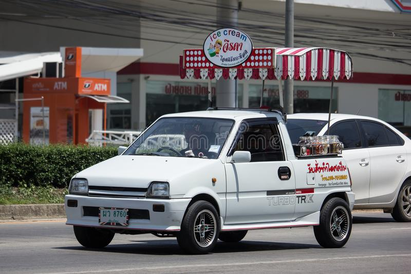 KokosnötIcecream shoppar på Daihatsu Mira Mini Truck royaltyfri foto