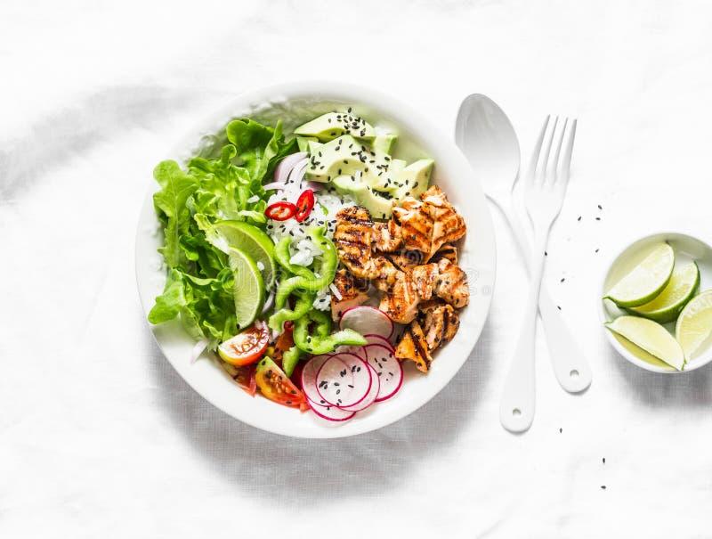 Kokosnötris, grillad lax och grönsakbuddha bunke Sund lunch - ris, röd fisk, sallad, avokado, rädisa, tomater på en lig arkivbilder