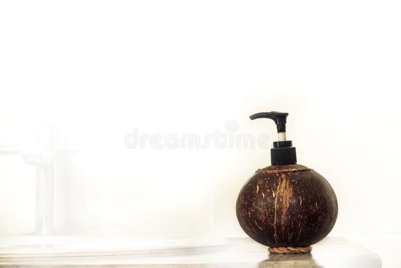 Kokosnötskalflaska för vätskescoconutskalflaskan för liqu royaltyfria foton