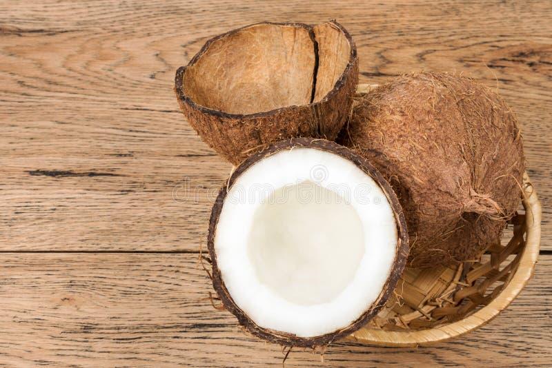 Kokosnötter i korgen arkivfoto