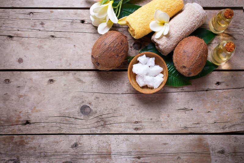 Kokosnötter, kokosnötolja och handdukar royaltyfri bild