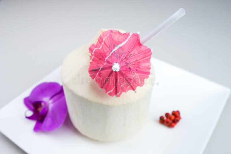 Kokosnötvatten är den klara flytanden inom kokosnötter royaltyfria foton