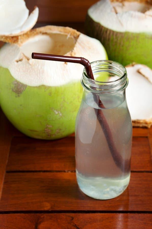 Kokosnötvattendrink på den wood tabellen arkivfoto