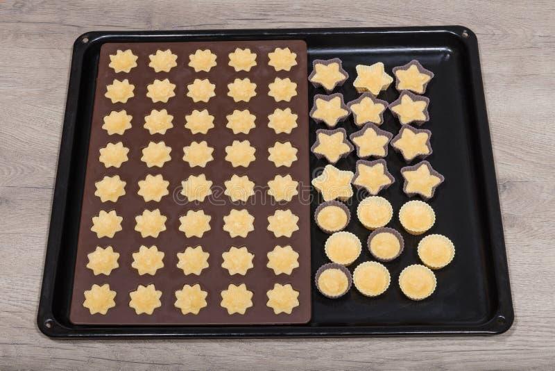 Kokosnoot cupcakes in het close-up van siliconevormen royalty-vrije stock fotografie