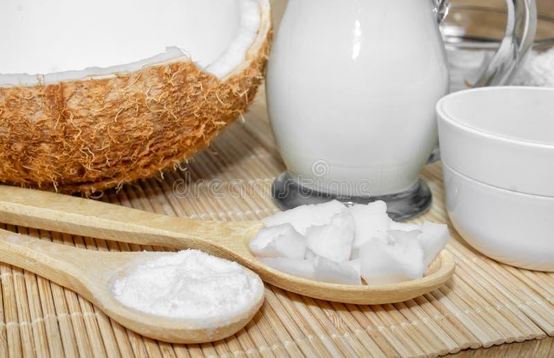 Kokosnoot in de kosmetiek Ð ¡ riem, balsem, kokosmelk Huid, lichaams en gezichtszorg cosmetology Voeding en Hydratie royalty-vrije stock foto's