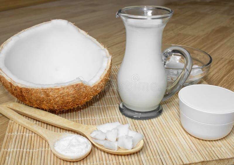 Kokosnoot in de kosmetiek Ð ¡ riem, balsem, kokosmelk Huid, lichaams en gezichtszorg cosmetology Voeding en Hydratie stock afbeeldingen