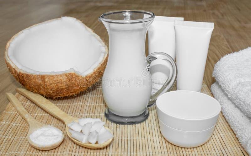 Kokosnoot in de kosmetiek Ð ¡ riem, balsem, kokosmelk Huid, lichaams en gezichtszorg cosmetology Voeding en Hydratie stock foto