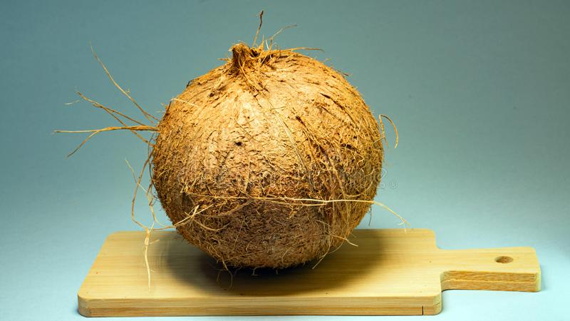 Kokosnoot, exotisch fruit, fruit in shell op een houten raad, reeks achtergrond, selectieve nadruk, close-up royalty-vrije stock foto's