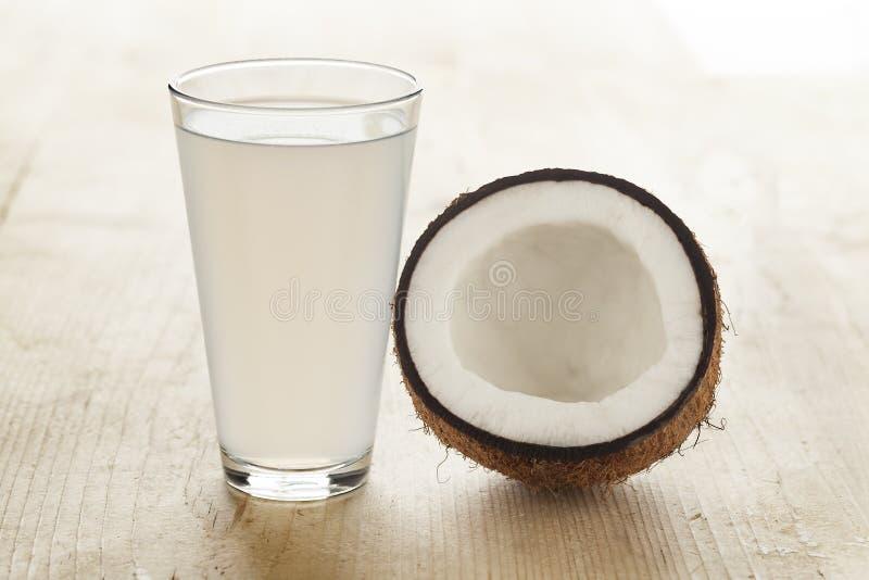 Kokosnoot met een glas kokosnotenwater royalty-vrije stock afbeeldingen
