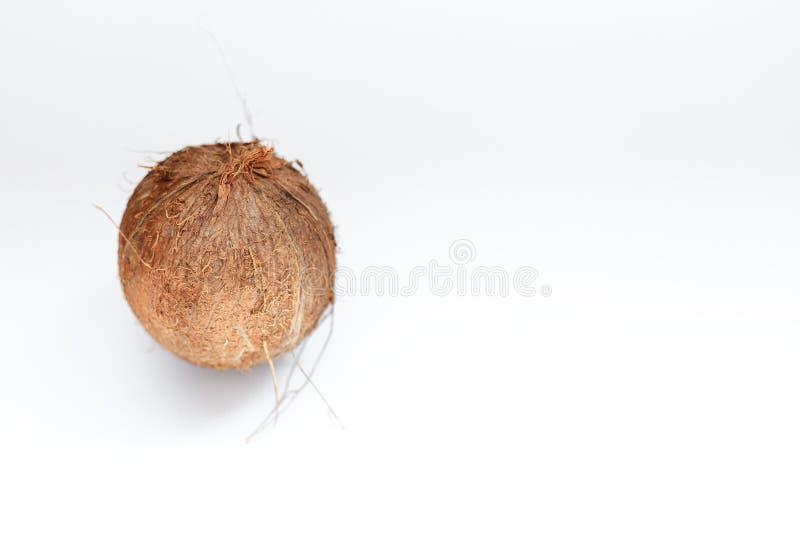 Kokosnoot op witte achtergrond wordt geïsoleerd die Knippende weg stock foto's