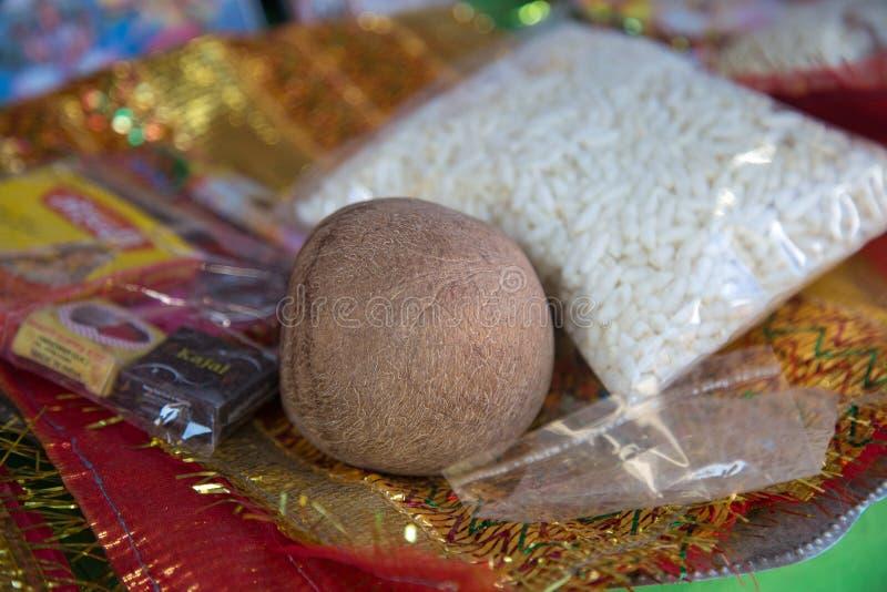 Kokosnoten en Pooja Items buiten de tempel stock foto