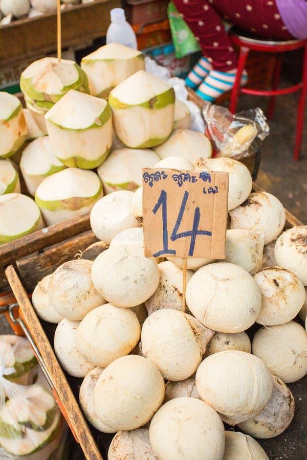 Kokosnoten voor verkoop stock foto's