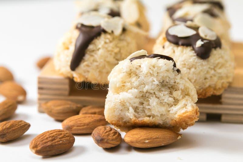 Kokosnotenkoekjes met amandelen op een witte achtergrond, close-up worden geïsoleerd die stock fotografie
