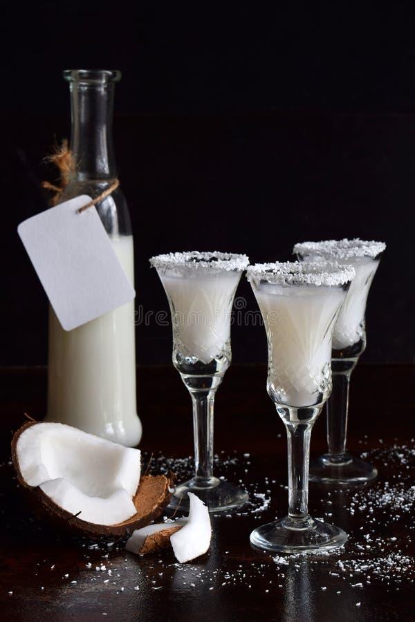 Download Kokosnotenlikeur In Glas Met Gebroken Coco Heerlijke Pinacolada-melkcocktail Met Rum De Alcohol Drinkt Alcoholische Drank Glasfle Stock Foto - Afbeelding bestaande uit tropisch, melk: 107701922