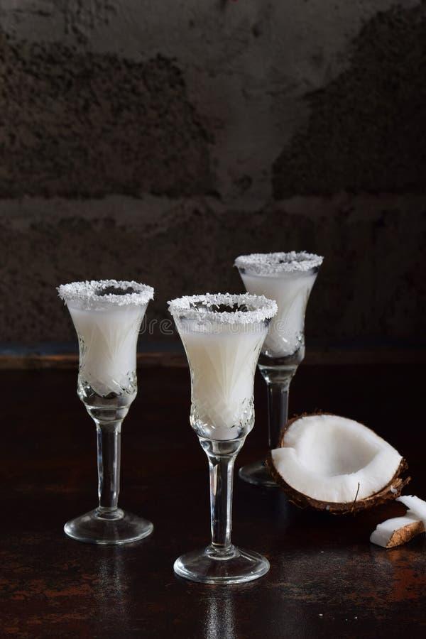 Download Kokosnotenlikeur In Glas Met Gebroken Coco Heerlijke Pinacolada-melkcocktail Met Rum De Alcohol Drinkt Alcoholische Drank De Ruim Stock Foto - Afbeelding bestaande uit romig, zoet: 107701606