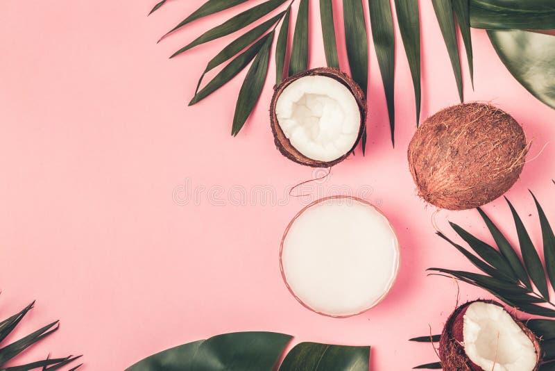 Kokosnotenolie en kokosnoten stock foto