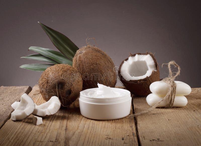 Kokosnotenolie en verse kokosnoten stock foto's