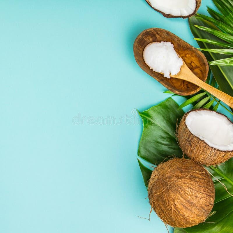 Kokosnotenolie, tropische bladeren en verse kokosnoten royalty-vrije stock fotografie