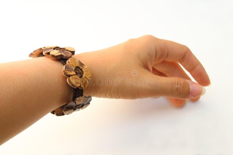 Kokosnotenshell armband op pols stock foto